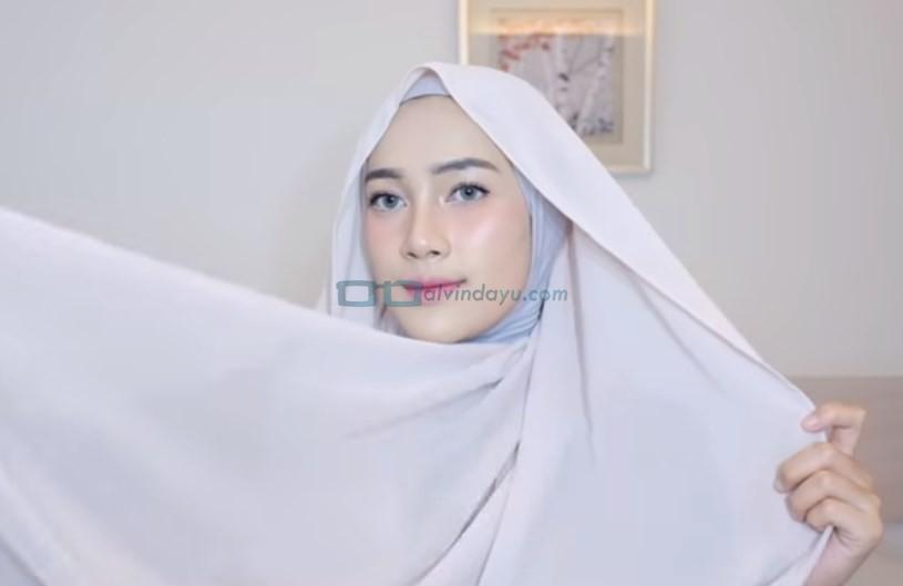 Tutorial Hijab Pashmina Simple Cantik dan Kekinian, Ambil Sisi Hijab yang Panjang di Bagian Belakangnya