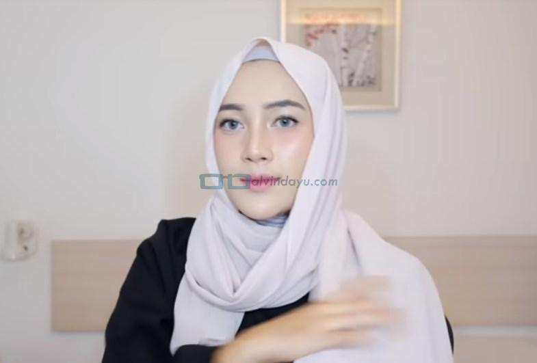 Tutorial Hijab Pashmina Simple Cantik dan Kekinian, Bawa Kembali Sisi Hijab yang Panjang Hingga ke Depan