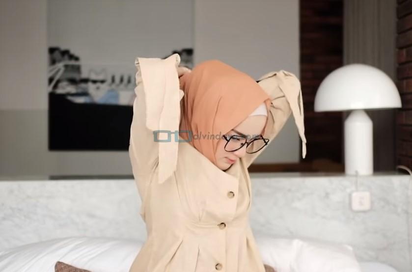 Tutorial Hijab Pashmina Simple Kuliah Pakai Kacamata, Ikat Kedua Sisi Hijab Pashmina dengan Rapi