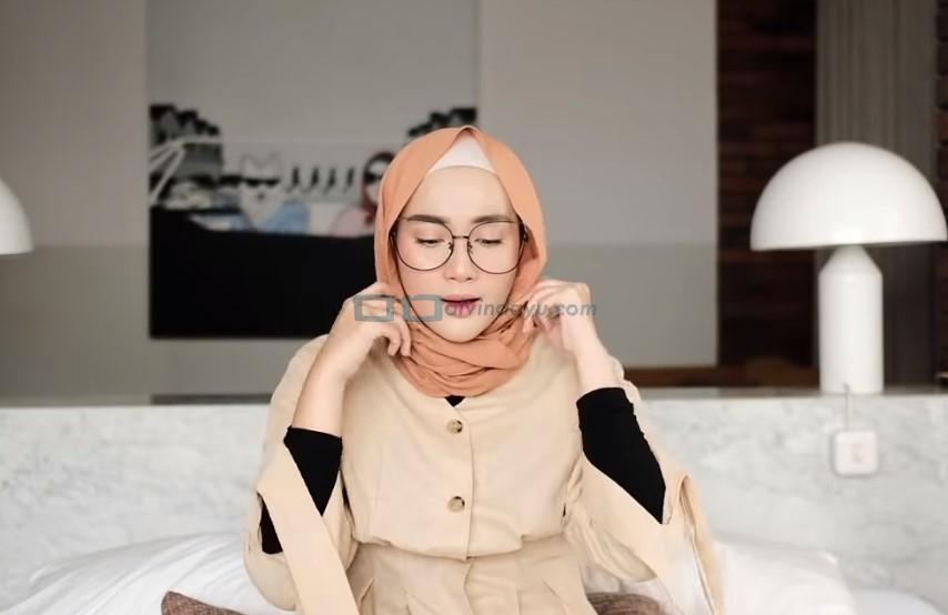 Tutorial Hijab Pashmina Simple Kuliah Pakai Kacamata, Rapikan Hijab Pashmina
