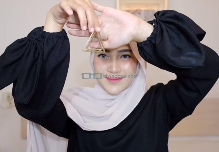 Tutorial Hijab Pashmina Simple Pesta, Ambil Aksesoris Hijab Berupa Anting Hijab