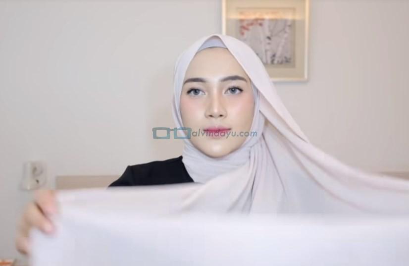 Tutorial Hijab Pashmina Simple Pesta, Ambil Bagian Belakang Sisi Hijab yang Panjang