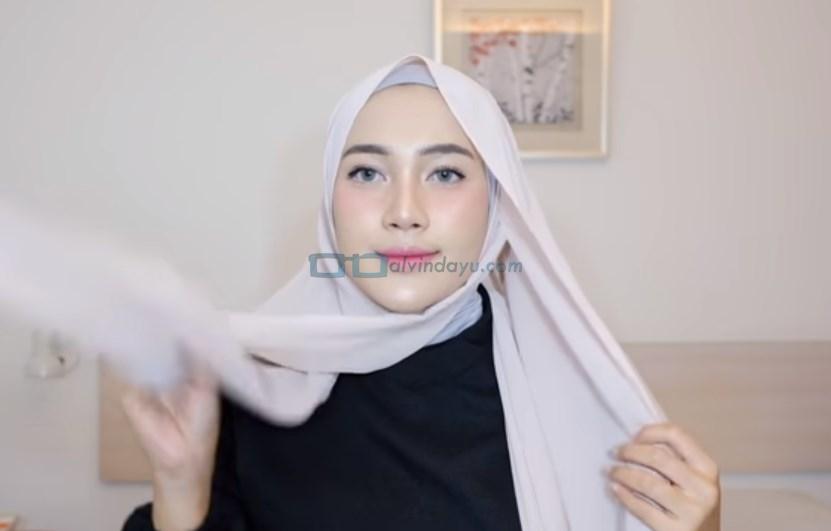 Tutorial Hijab Pashmina Simple Pesta, Ambil Sisi Hijab yang Pendek