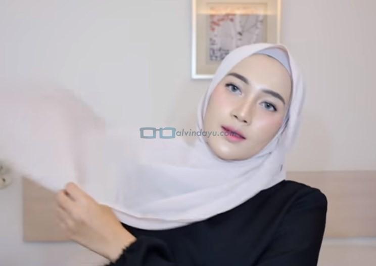 Tutorial Hijab Pashmina Simple Pesta, Bawa Sisi Hijab yang Panjang Keatas Bahu