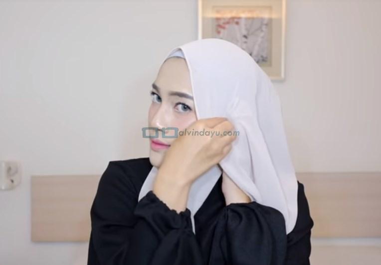 Tutorial Hijab Pashmina Simple Pesta, Bawa Sisi Hijab yang Sudah Dilipat ke Sisi Lainnya dan Sematkan Pentul