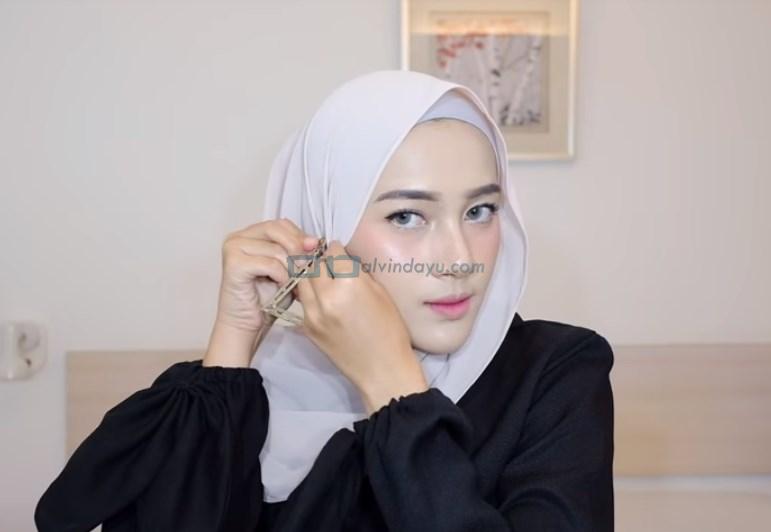 Tutorial Hijab Pashmina Simple Pesta, Kenakan Aksesoris Anting Hijab di Salah Satu Sisi Hijab