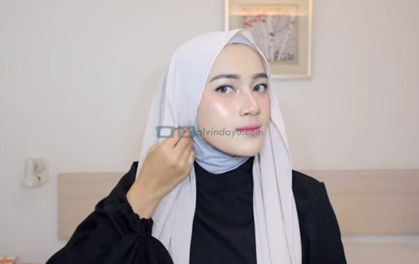 Tutorial Hijab Pashmina Simple Pesta, Lipat Sisi Samping Hijab yang Pendek