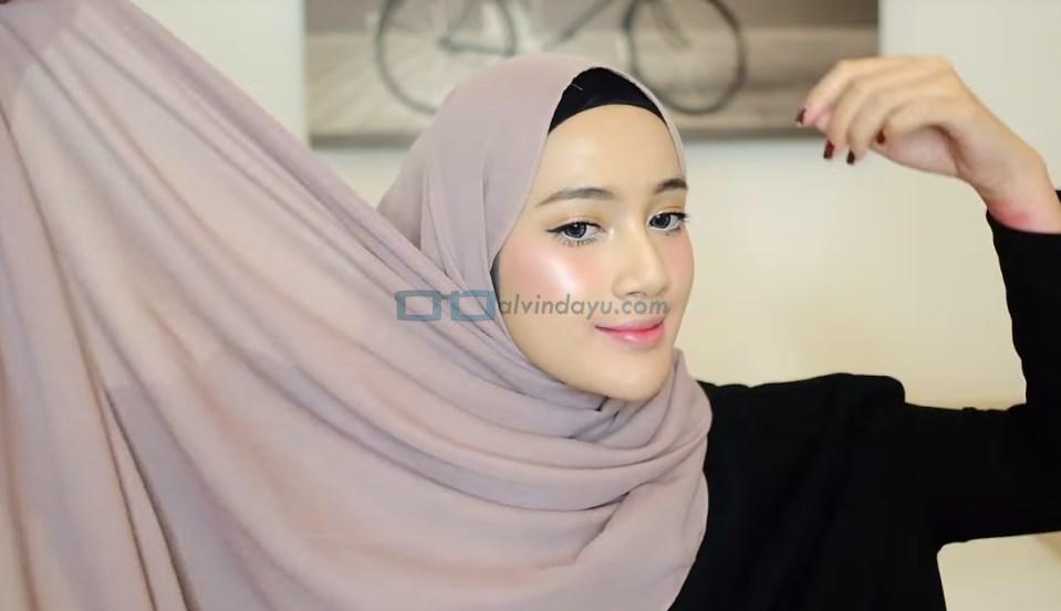 Tutorial Hijab Pashmina Simple dan Mudah, Ambil Sisi Hijab Pashmina yang Lebih Panjang