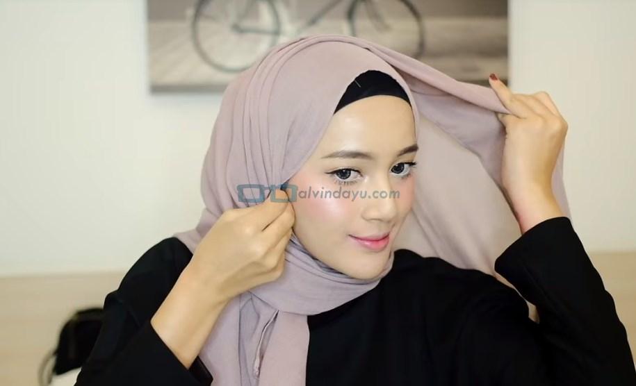 Tutorial Hijab Pashmina Simple dan Mudah, Bawa Sisi Hijab Keatas Kepala