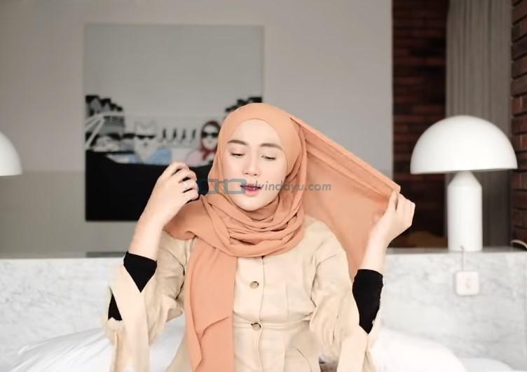 Tutorial Hijab Pashmina Simple dan Mudah Kuliah, Rapikan Hijab Pashmina