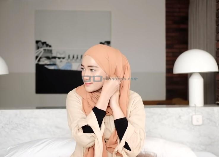 Tutorial Hijab Pashmina Simple dan Mudah Kuliah, Sematkan Jarum Pentul di Samping Sisi Hijab