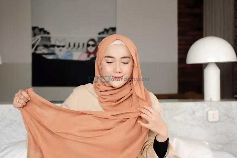 Tutorial Hijab Pashmina Simple untuk Remaja Kuliah, Ambil Sisi Hijab Pashmina Panjang