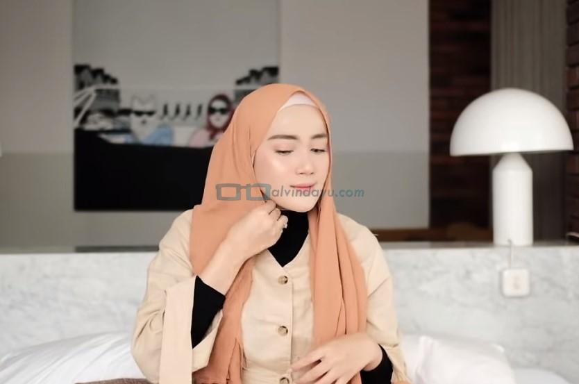 Tutorial Hijab Pashmina Simple untuk Remaja Kuliah, Lipat Sisi Samping Hijab yang Lebih Pendek