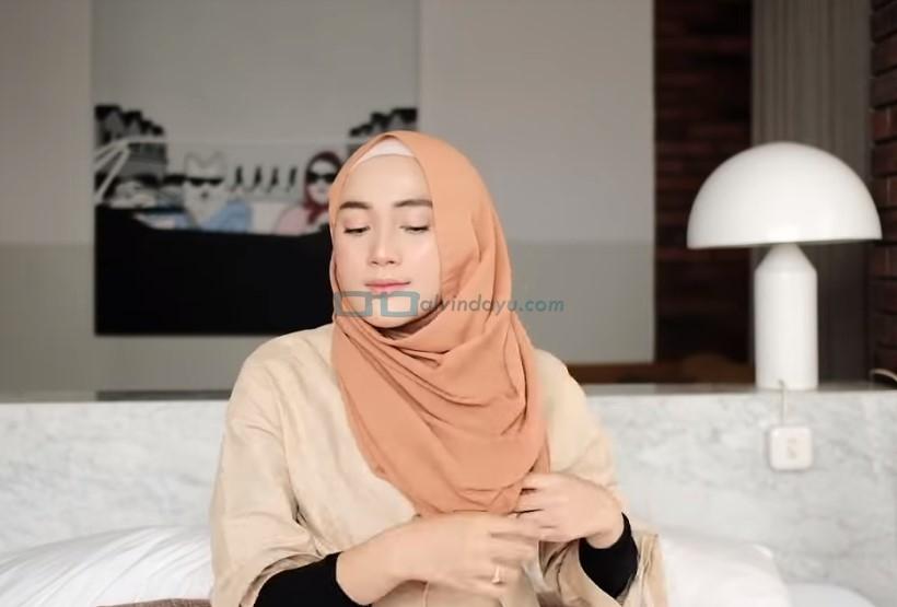 Tutorial Hijab Pashmina Simple untuk Remaja Kuliah, Rapikan Hijab Pashmina