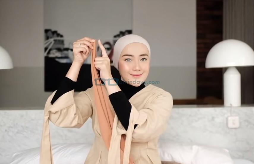 Tutorial Hijab Pashmina Simple untuk Wajah Bulat dan Berkacamata, Ambil Ujung Sisi Pashmina yang Pendek