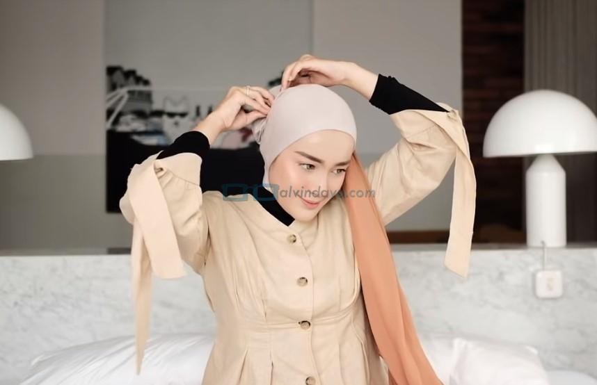 Tutorial Hijab Pashmina Simple untuk Wajah Bulat dan Berkacamata, Letakkan Ujung Sisi Pashmina Diatas Kepala Agak Belakang dan Sematkan Jarum Pentul