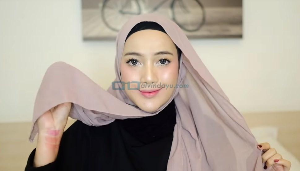 Tutorial Hijab Pashmina Syari, Ambil Sisi Pendek Hijab Pashmina