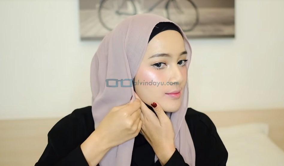 Tutorial Hijab Pashmina Syari, Lipat Sedikit Sisi Samping Hijab yang Lebih Pendek