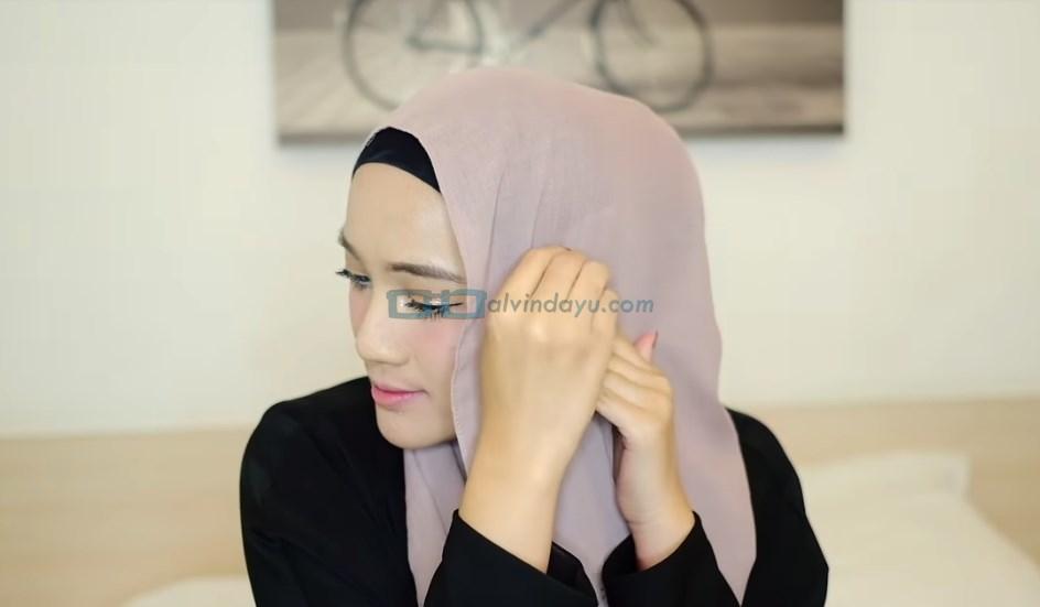 Tutorial Hijab Pashmina Syari, Sematkan Jarum Pentul