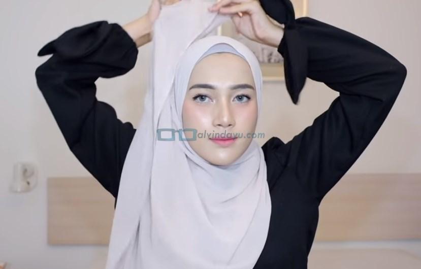 Tutorial Hijab Pashmina Syari Simple Menutup Dada, Bawa Salah Satu Sisi Hijab Tersebut Keatas Kepala