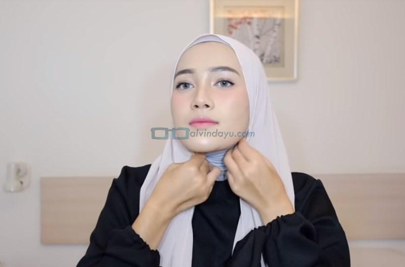 Tutorial Hijab Pashmina Syari Simple Menutup Dada, Lipat Kedua Sisi Samping Hijab dengan Rapi