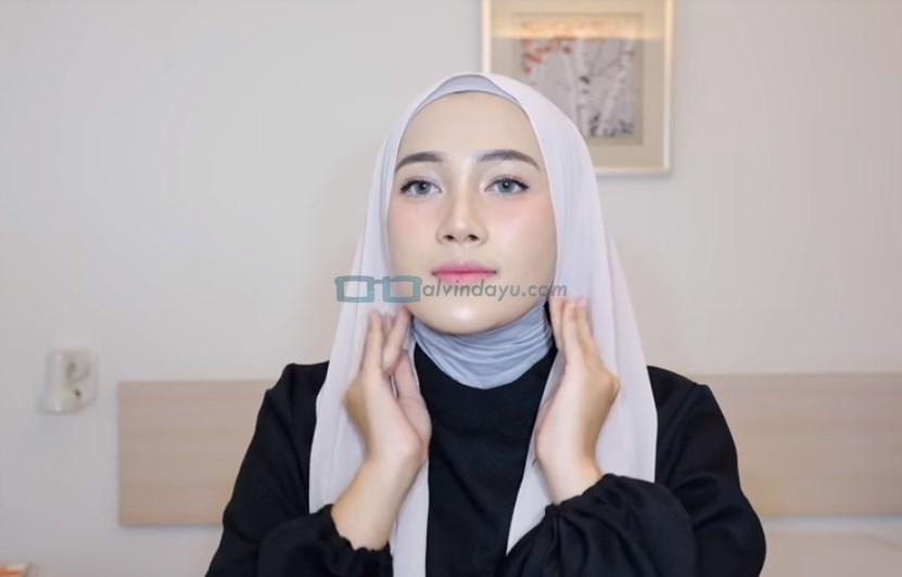 Tutorial Hijab Pashmina Syari Simple Menutup Dada, Rapikan Hijab Pashmina Agar Sesuai Bentuk Wajah