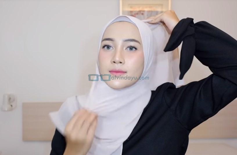 Tutorial Hijab Pashmina Syari Simple Menutup Dada, Rapikan Hijab Pashmina
