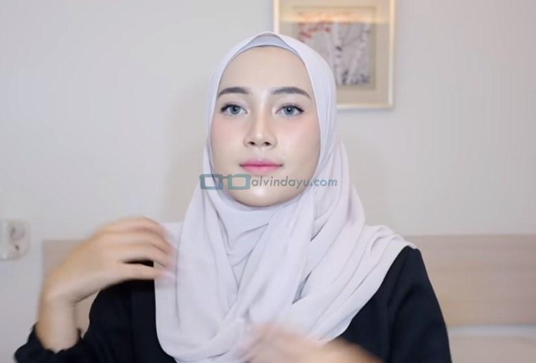 Tutorial Hijab Pashmina Syari Simple Menutup Dada, Rapikan Kembali Hijab Pashmina Hingg Menutup Dada