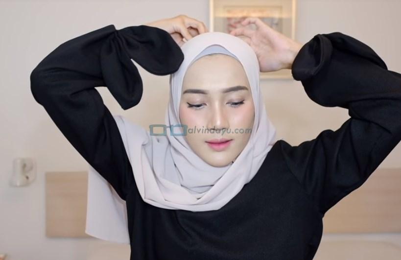Tutorial Hijab Pashmina Syari Simple Menutup Dada. Rapikan dan Sematkan Jarum Pentul