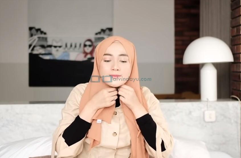 Tutorial Hijab Pashmina untuk Kuliah Simple Ala Selebgram, Lipat Sedikit Kedua Sisi Samping Hijab