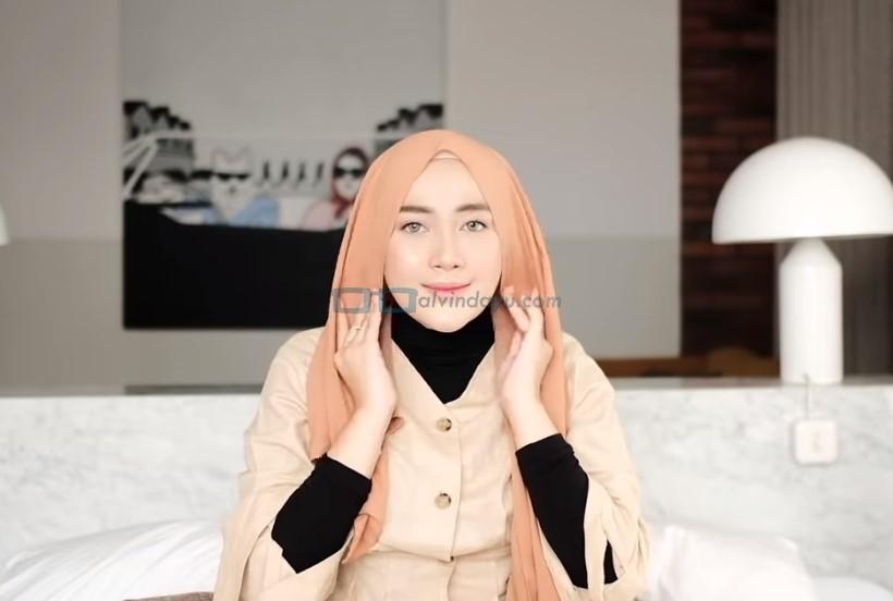 Tutorial Hijab Pashmina untuk Kuliah Simple Ala Selebgram, Rapikan Hijab dan Sesuaikan dengan Bentuk Wajah