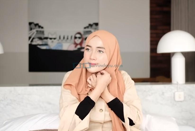 Tutorial Hijab Pashmina untuk Kuliah Simple Ala Selebgram, Sematkan Jarum Pentul Dibawah Dagu