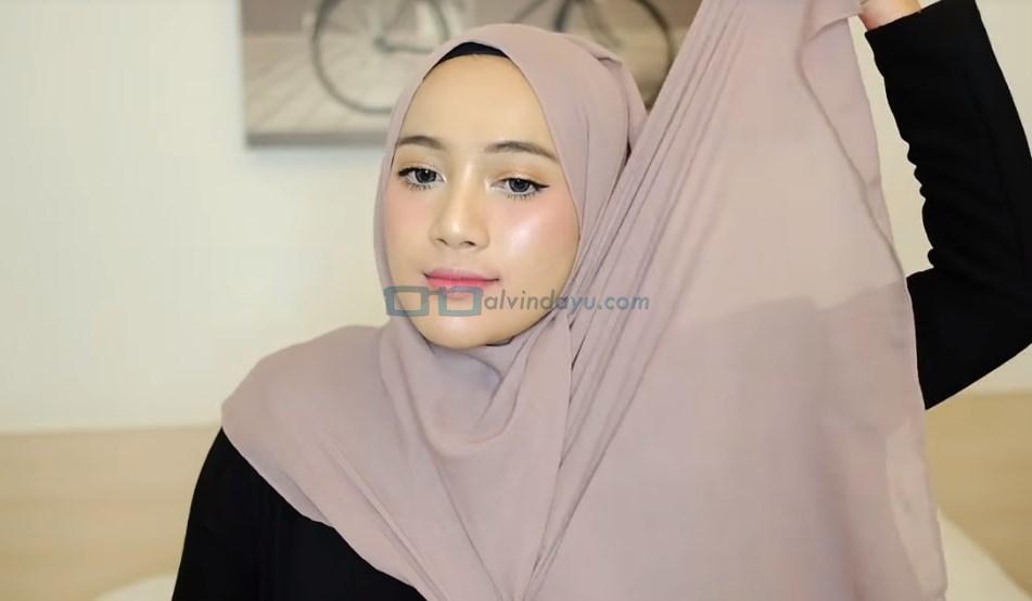 Tutorial Hijab Pashmina untuk Remaja, Bawa Sisi Hijab Lainnya Keatas Kepala