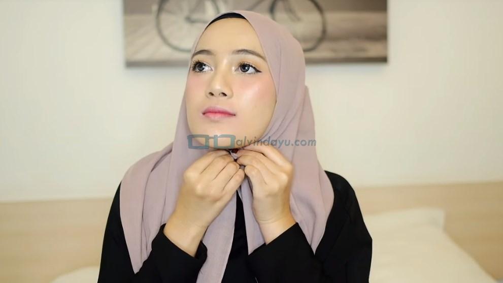 Tutorial Hijab Pashmina untuk Remaja, Sematkan Jarum Pentul pada Hijab Dibawah Dagu